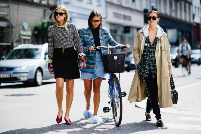 escarpins burgundy, jupe noire, pull femme carreaux, manteau tweed rayé, vélo chic bleu, long manteau et chemise carreaux femme