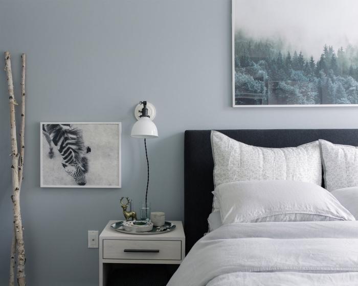 déco scandinave dans une chambre à coucher, couleur neutre pour les murs dans une chambre, coloris gris bleute