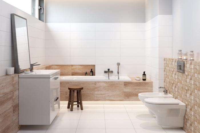 design contemporain et stylé dans une salle de bain blanc et beige, carrelage salle de bain en blanc, astuce rangement optimisation espace llimité