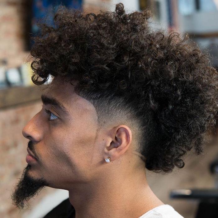coiffure pour cheveux crépus homme métisse long avec dégradé bas autour oreilles et dessus afro bouclé avec bouc barbe