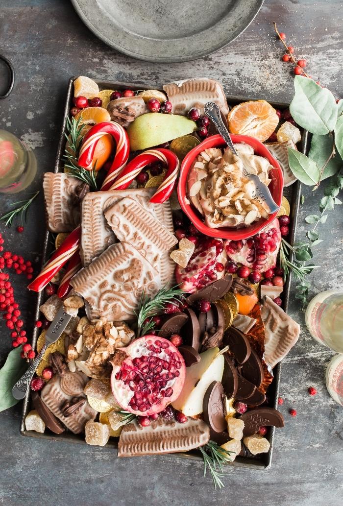 idée recette biscuit de noel americain, plateau de noel avec fruits et biscuits fait maison décoré de branches de sapin et fruits séchées