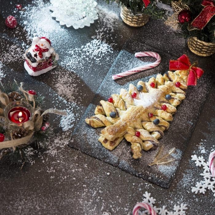 recette de noel sucrée, faire un arbre de noel en pâte feuilletée et confiture, exemple comment découper une pâte en forme sapin