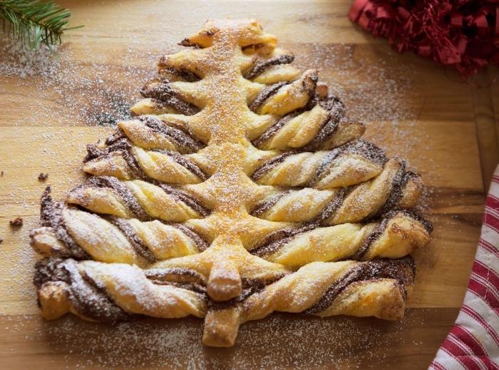 faire feuilleté sapin au Nutella, idée décoration facile de gâteau de noel avec sucre glace, modèle arbre de noel en pâte