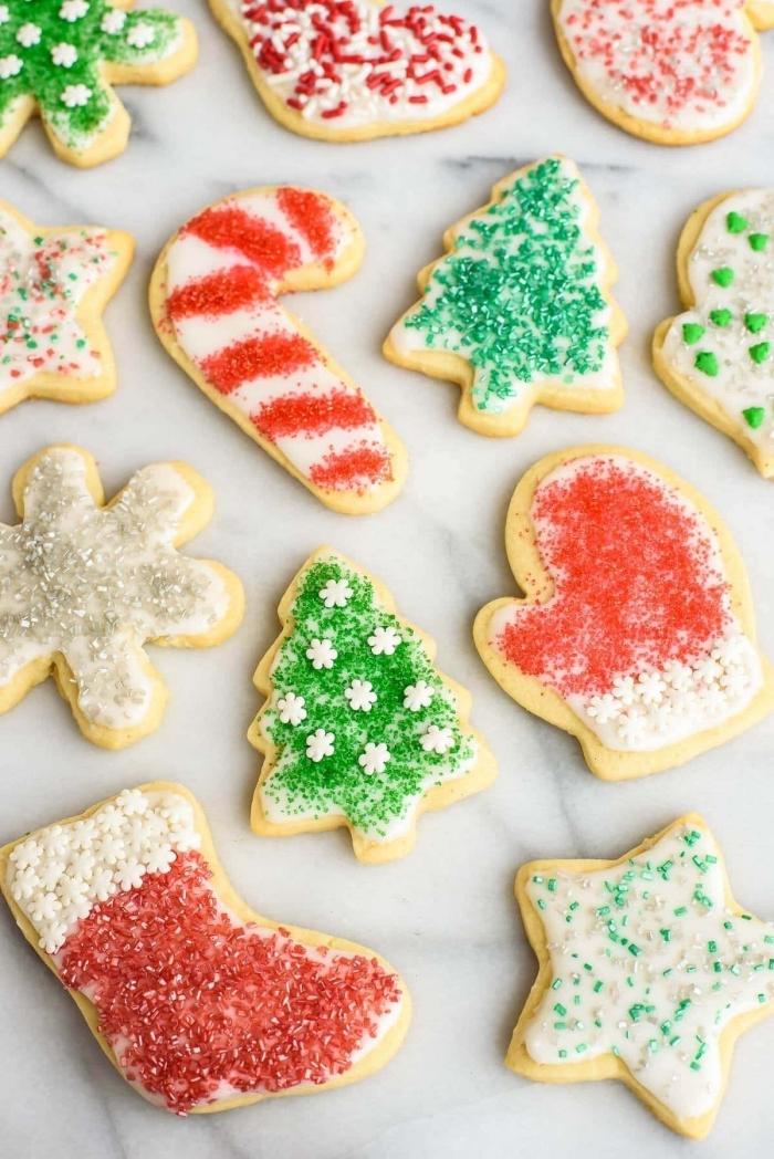 recette biscuits en forme de sapins et flocons de neige, idée comment décorer des cookies noel au sucre couleur rouge et vert