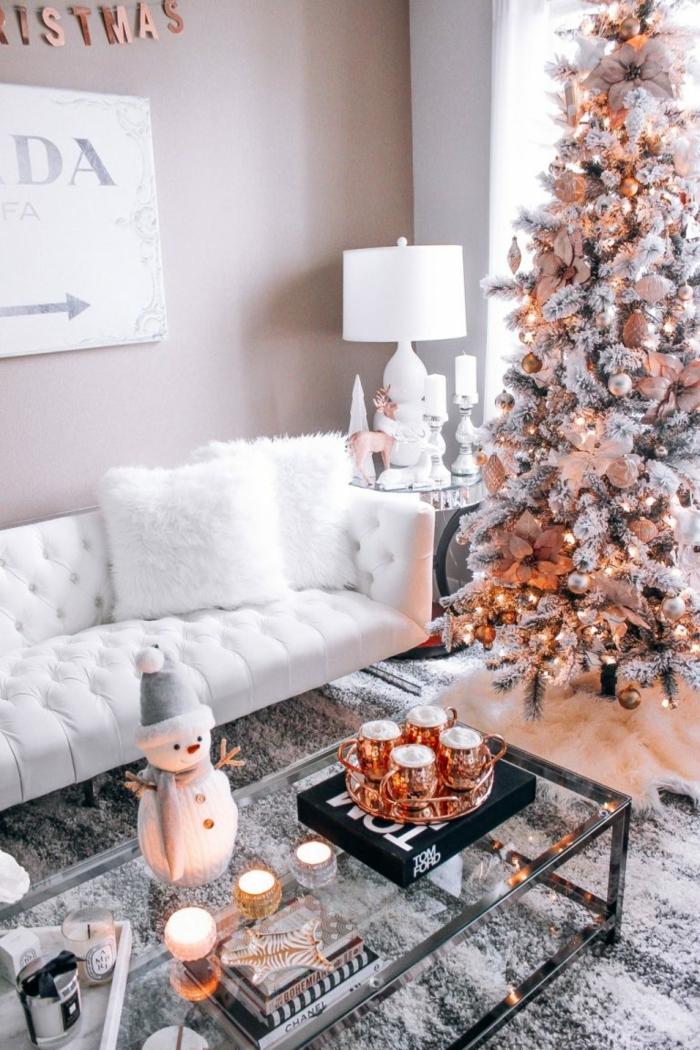 table basse de salon plateau en verre table d cor e pour Noel d co de table pour No l originale tapis gris sapin blanc sofa blanc bonhomme de neige e1541590756283