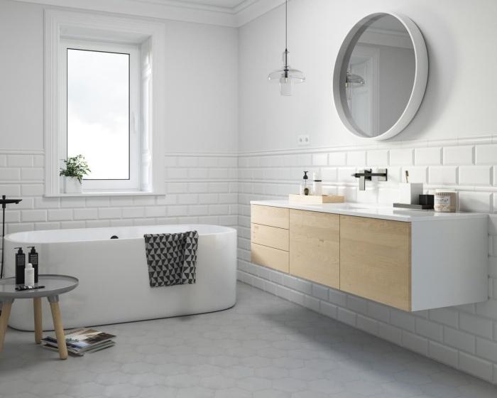 modèle salle de bain blanche contemporaine, objet à design graphique pour une déco scandinave dans la salle de bain claire