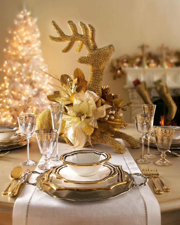 table de noel lumineuse ustensiles dor es sapin de noel blanc grand statuette de cerf dor  verres originaux petite taille chemin e murale decoration lumineuse noel