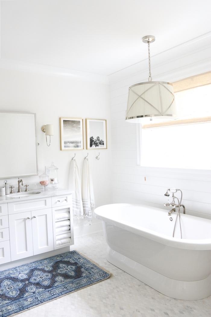 idee salle de bain aux murs blancs avec déco de cadres photos en bois, aménagement salle de bain avec baignoire