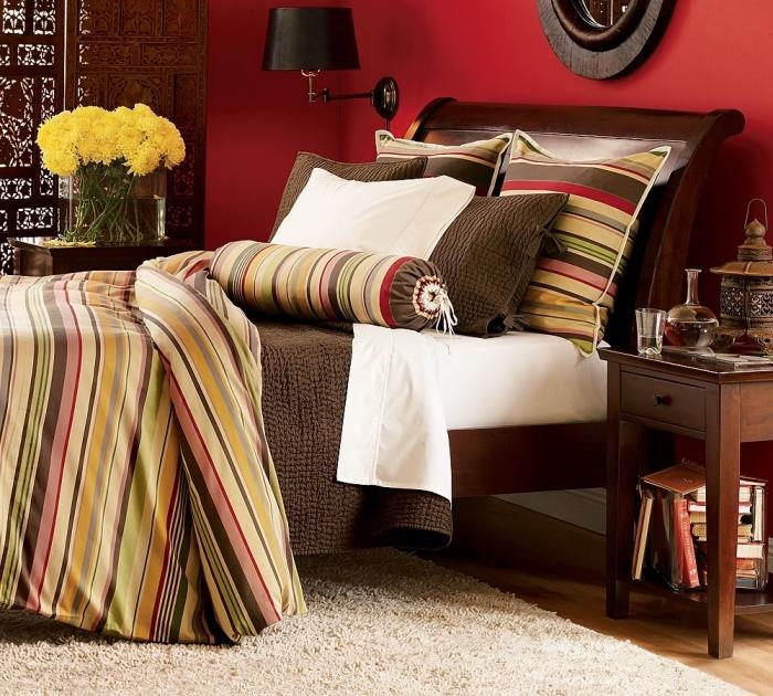 deco chambre parentale aux murs rouges, idée comment décorer une chambre à coucher contemporaine avec parquet en bois