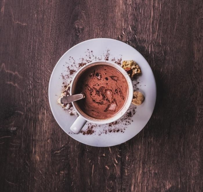 veritable chocolat chaud, tasse de boisson fait maison au chocolat fondu et lait, art culinaire photo boisson gourmand