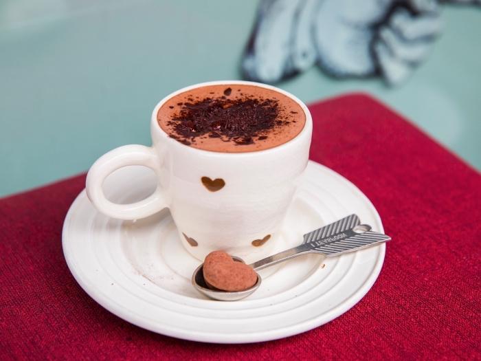 chocolat chaud épais saupoudré de chocolat râpé, comment servir un chocolat chaud romantique avec biscuits coeur