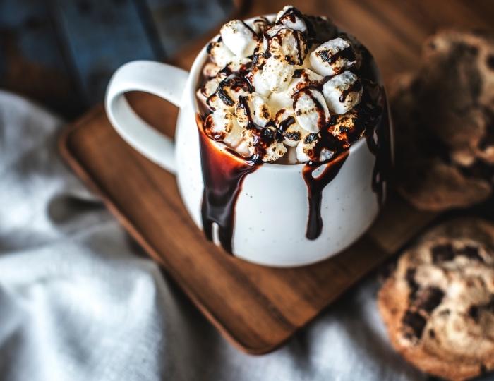 faire un vrai chocolat chaud, mug tasse de café blanche, recette facile boisson au chocolat et guimauves fondues