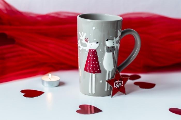 recette chocolat chaud cacao en poudre, idée boisson de Noël, mug de café gris avec cerfs en relief, déco cozy pour noel