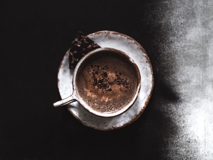 chocolat chaud sans lait avec crème fraîche, idée boisson chaude au chocolat fondu, comment faire un véritable chocolat chaud