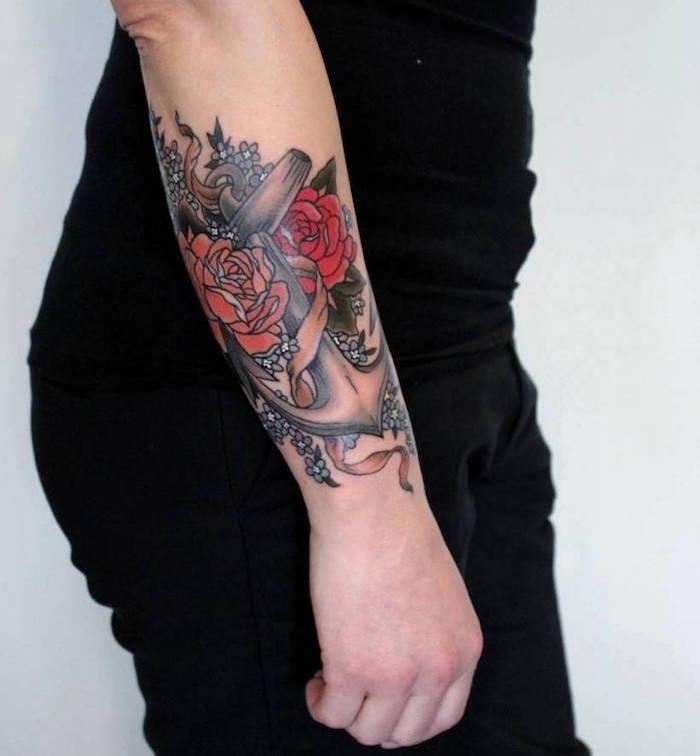 tattoo rose et ancre sur avant bras de femme en couleur rouge orange noir et fleurs cerisier bleues