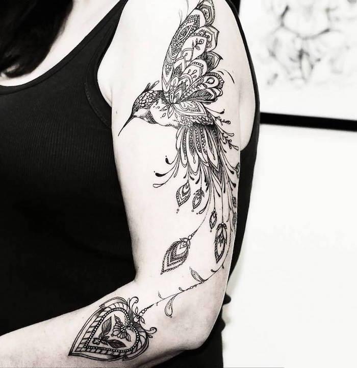 tatouage colibri sur bras femme en noir et blanc type mandala dentelle avec détails