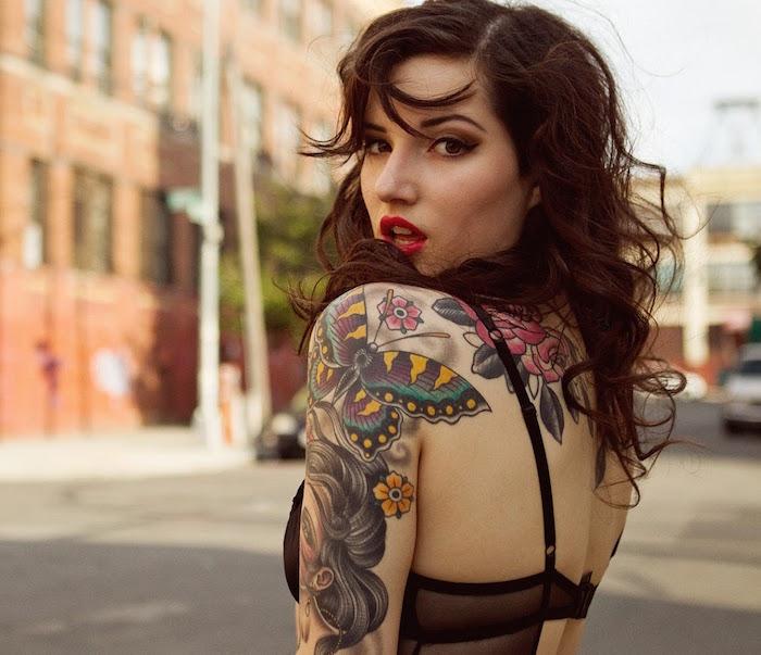 tatouages old school femme avec papillon sur epaule et portrait femme sur le bras-et tattoo roses sur le dos