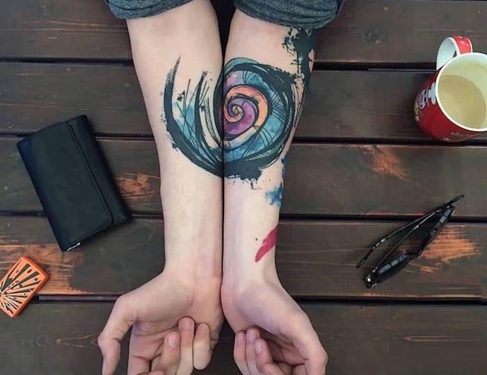 tatouage escargot spiral abstrait croquis sur avant bras type tattoo complémentaire en aquarelle pour femme