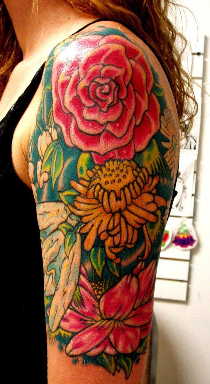 modele de tattoo tatouage manchette femme fleurs rose plantes en couleurs roses vert jaune