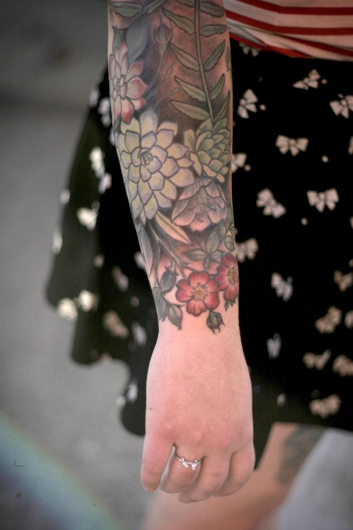 tatouage avant bras pour femme fleurs et plantes lotus fleur de cerisier en couleur sur bras entier