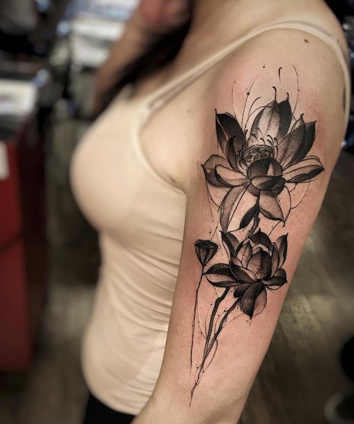tatouage de fleur abstraite sur bras de femme noir et blanc avec ombrage