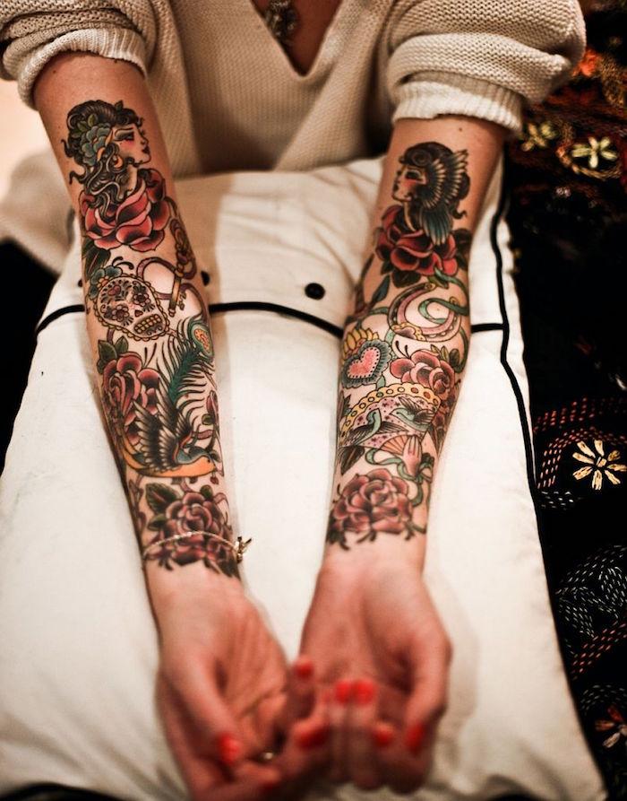 femme avec tatouages old school sur les bras en couleurs avec motifs classiques retro