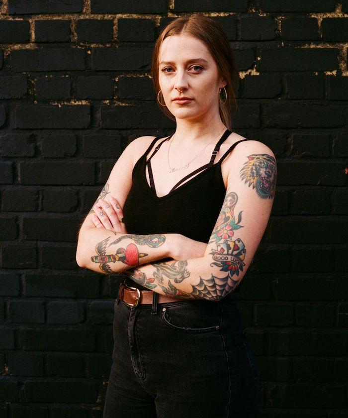 tatouage old school sur bras de femme en couleurs motifs retro tattoo toile araignée sur le coude