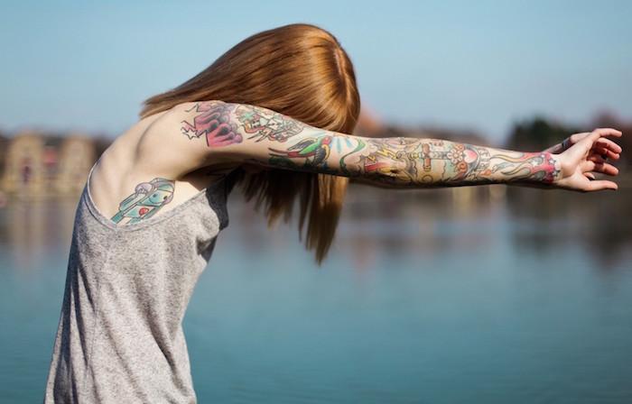 modeles de tatouages enfantins en couleurs sur bras entier de femme rousse du poignet à l'épaule