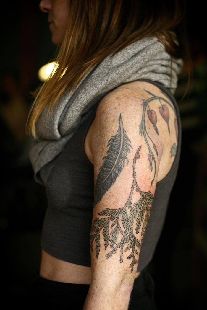 photo tatouage manchette femme symboles plantes et fleurs en couleurs sur omoplate