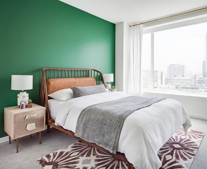deco chambre parentale à design mural bicolore, peinture nuance de vert, aménagement chambre adulte avec mur accent en vert