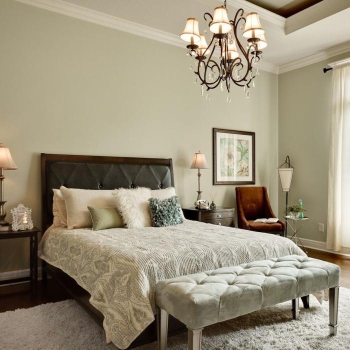 modèle de chambre vert d'eau ou vert gris, peinture pour chambre adulte tendance 2019 teintes pastel, lit cocooning avec coussins en tons neutres