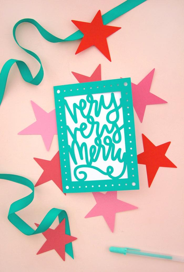 carte de voeux noel, comment faire une jolie carte DIY en papier coloré avec gabarit message joyeux Noël et perforeuse