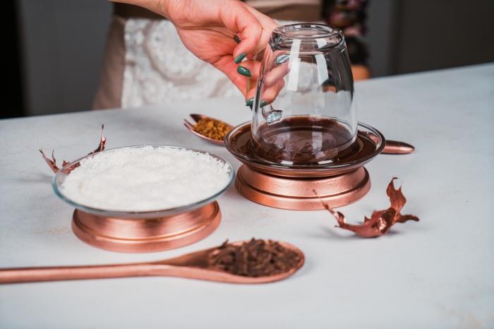 exemple comment givrer un verre pour chocolat chaud avec chocolat fondu et noix de coco râpée, comment servir un veritable chocolat chaud