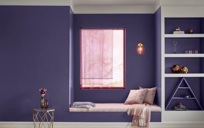 peinture chambre fille de nuance violette, meuble rangement mural avec étagères blanches et niches murales