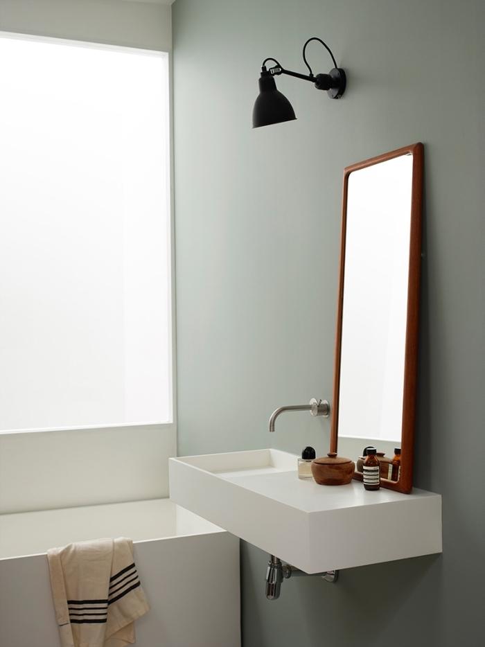 aménagement petite salle de bain aux murs vert pastel mate, design intérieur moderne avec mur de couleur vert de gris