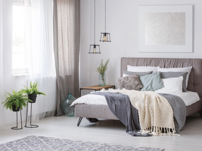 idée couleur chambre cozy aux murs blancs, coloris mural nuance blanc naturel, modèle éclairage industriel avec lampe suspendu noire,