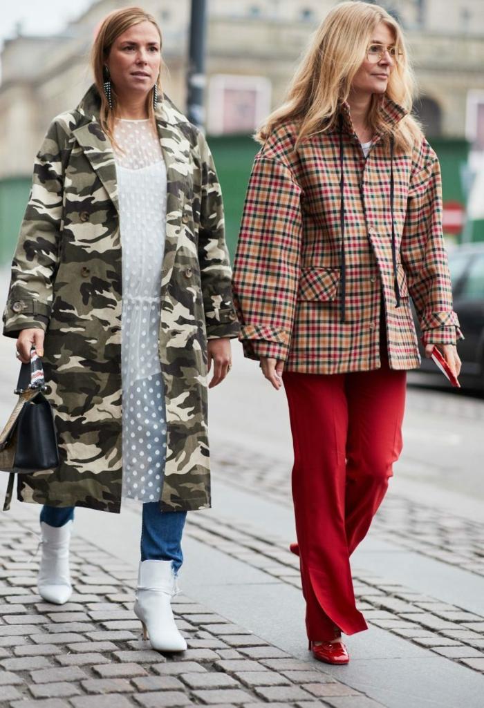 vetse longue calouflage, jeans bleus, pantalon rouge, veste carreaux, tunique blanche à pois, bottines blanches