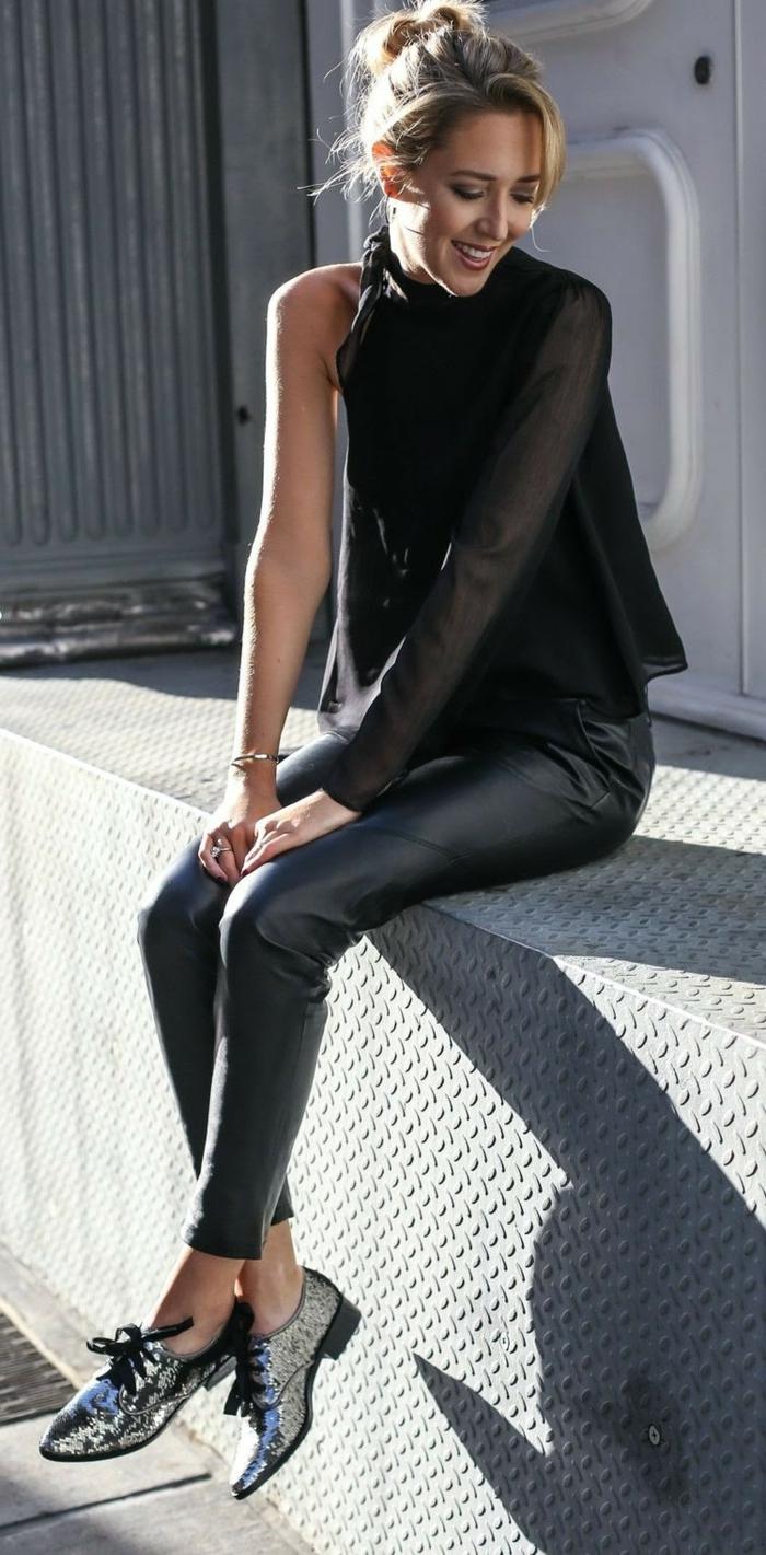 chaussures confortables à paillettes, pantalon simili cuir, top aux manches asymétriques, chignon décoiffé