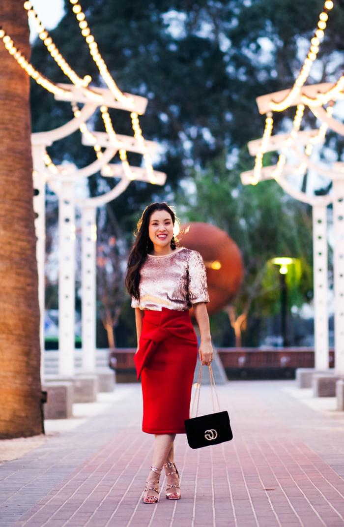 jupe crayon rouge, sac noire, top satiné matière lumineuse, sandales aux lacets couleur nude