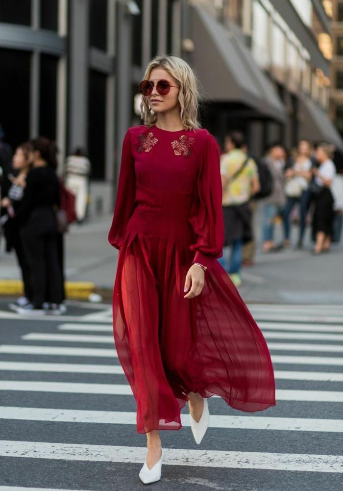 robe bimatière couleur bordeaux, lunettes de soleil rouges, escarpins blancs, découpes florales au décolleté