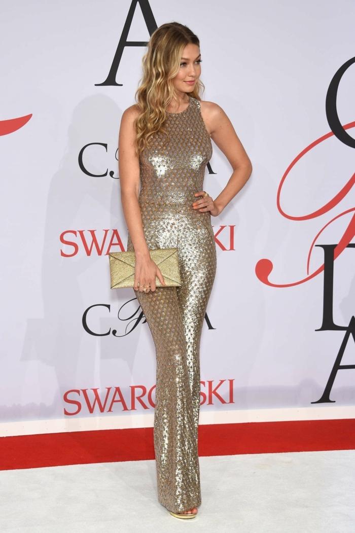 Gigi Hadid au tapis rouge, combinaison métalique, sac enveloppe, tenue de femme chic