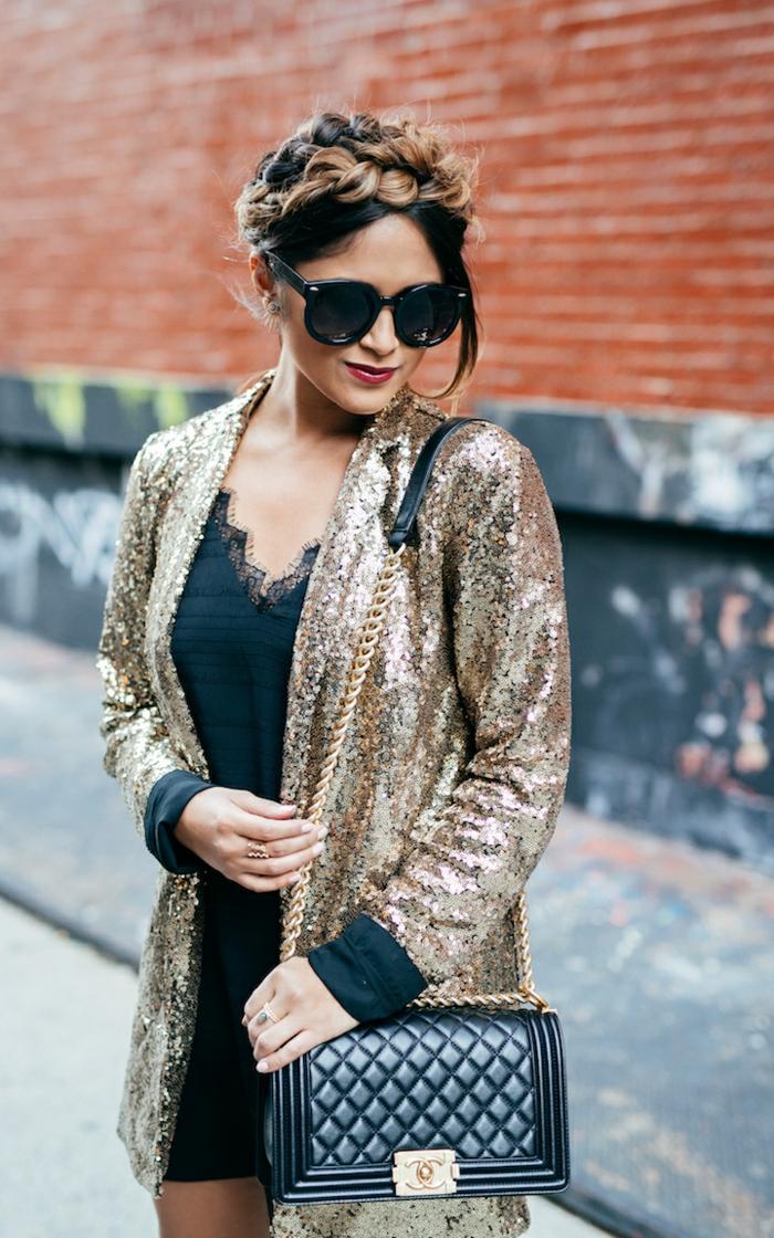 robe sexy décolleté en dentelle triangle, veston à paillettes festif, sac matelassé, lunettes de soleil surdimensionnées