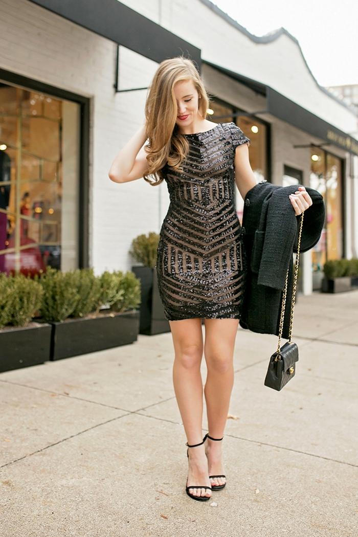 sandales noires lacets aux chevilles, robe noire motifs géométriques, veste noire, pochette noire bandoulière