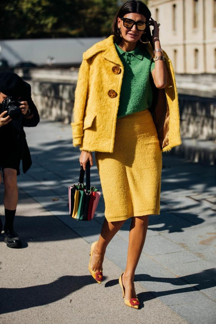 teue chic femme, escarpins jaunes, veste et jupe moelleuses, chemise verte femme, sac poignée ronde