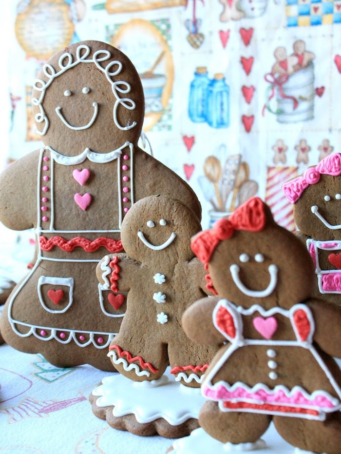une famille de bonhommes de pain d épices avec décoration élaborée glaçage royal et autres décos sucrées