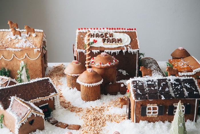 une ferme en pain d épices avec plusieurs bâtiments en pain d epices, decoration de noel originale gourmande