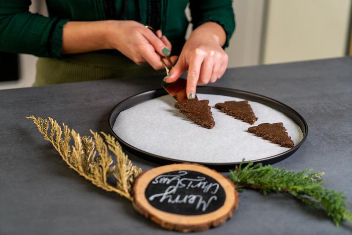 mettre les biscuits en forme de sapin dans une plaque de cuisson avant d enfourner, pain d épice facile biscuit maison