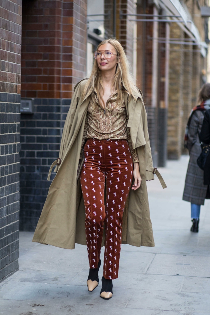 pantalon rouge en velours, trench coat beige, chemise beige, bottines bicolores, vetement femme tendance