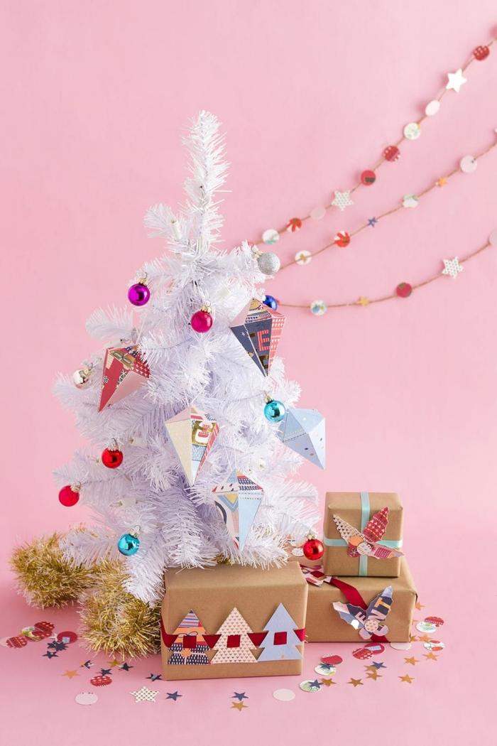 trois façons différentes de décorer avec des créations en papier, sapin de noel artificiel blanc décoré d'ornements géométriques en origami, des paquets cadeaux personnalisés avec ornements en papier et une petite guirlande en papier