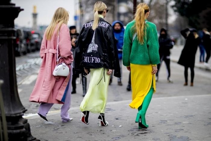 manteau rose pâle, pantalon bleu, tunique jaune, bottes longues vertes, manteau fourrure verte, sandales escarpins